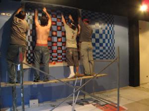 Los amigos deuniti trabajando en su mural